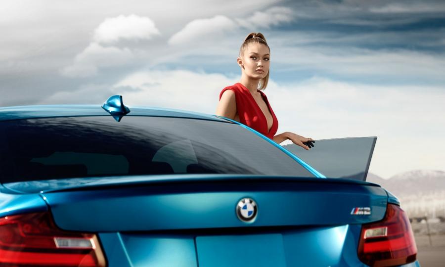 Gigi Hadid mit BMW M2 Coupé