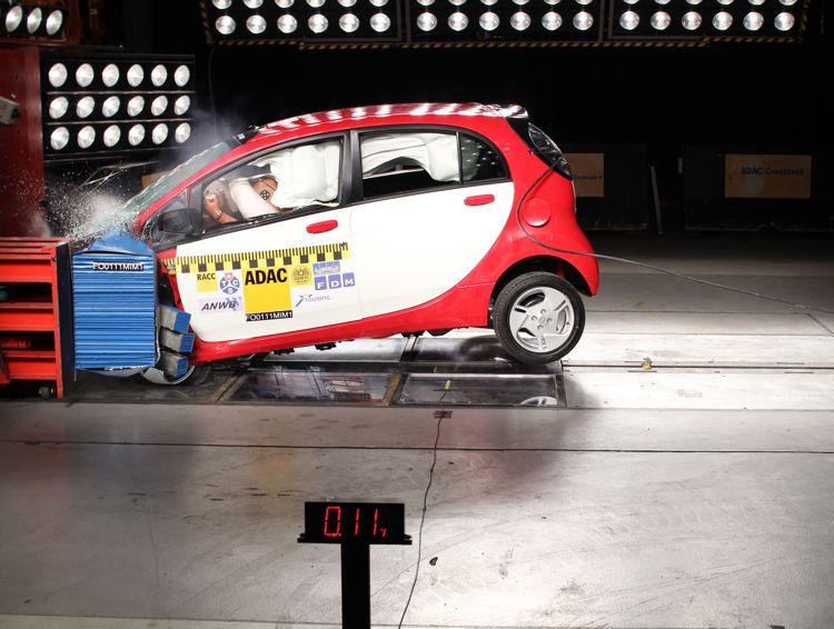 Adac Crashtest Elektroauto Mitsubishi I Miev Besteht Den Hrtetest