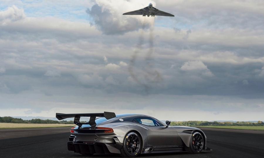 Aston Martin Vulcan trifft auf Avro Vulcan