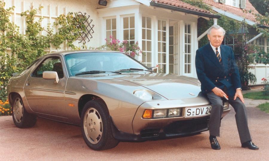 Ferry Porsche an seinem 70. Geburtstag mit einem Porsche 928, 1979