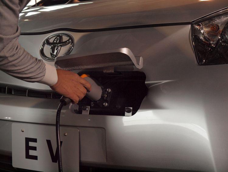 Genf 2011 Elektroauto Toyota Iq Markteinfhrung Bereits 2012