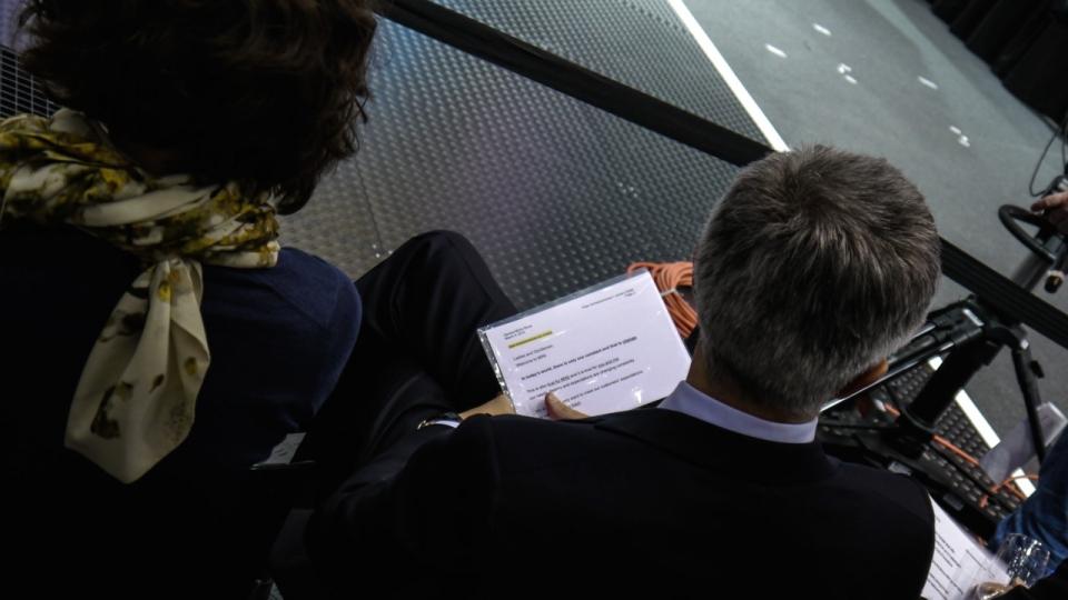 Wer lässt sich denn da über die Schulter schauen? MINI-CEO Peter Schwarzenbauer.