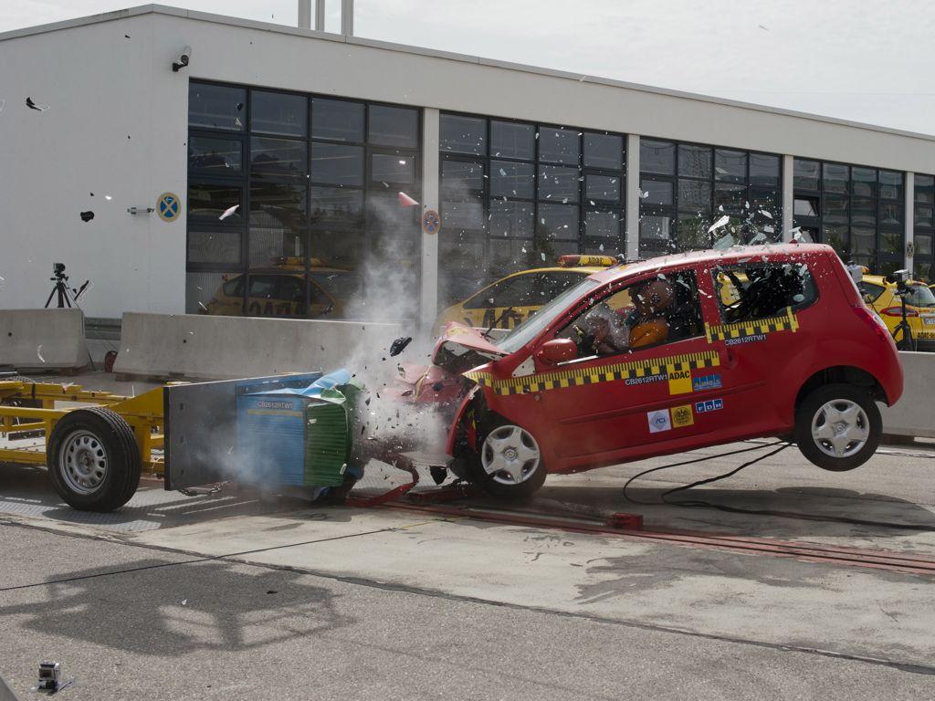 """adac kompatibilitaets crashtest 2012 img 1 - ADAC Kompatibilitäts-Crashtest: Insassenschutz für Kleinwagen nur """"befriedigend"""""""