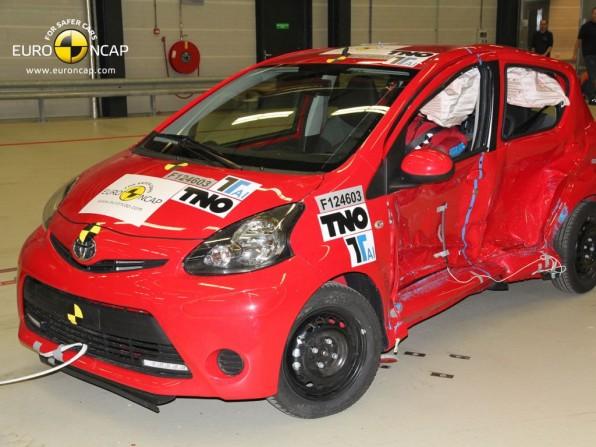 ncap toyota aygo test 12 2012 img 2 596x447 - NCAP Crashtest: Toyota Aygo, Citroën C1 und Peugeot 107 mit 3 Sternen