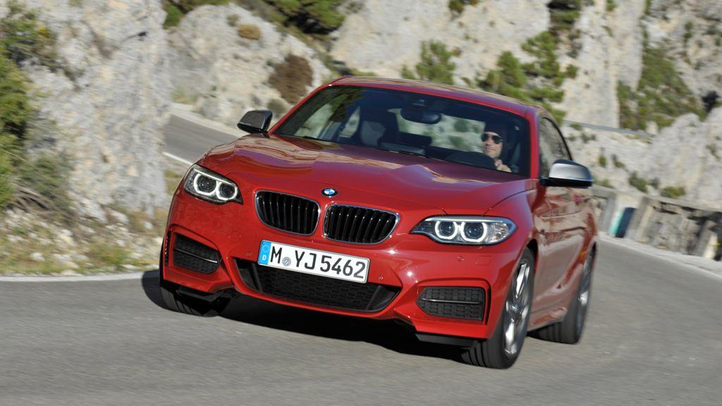 Im kommenden Jahr erweitert BMW die Modellpalette um ein weiteres Modell. Ab dem kommenden Frühjahr soll der neue BMW 2er zu kaufen sein, er wird das bisherige 1er Coupe ablösen. Sowie das bisherige 1er Modell wird auch der künftige BMW 2er mit Hinterradantrieb produziert. Zur Markteinführung im kommenden Frühjahr sind zunächst zwei Benzin- und ein Dieselmotor geplant. Dabei soll die Leistungsspanne zwischen 184 PS für das Einstiegsmodell (BMW 220i) und bis zu 326 PS für das Topmodell, den BMW M235i liegen.