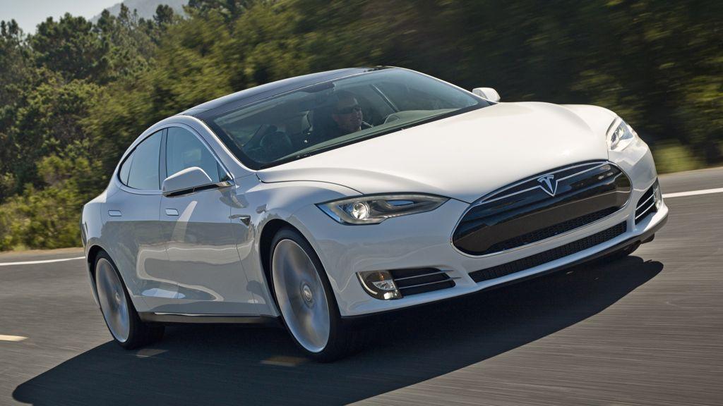In den vergangenen Wochen sind gleich drei Elektroautos der Marke Tesla in Flammen aufgegangen. Von einer Rückrufaktion wollte der Firmenchef Elon Musk jedoch bisher nichts wissen. Doch jetzt hat sich die US amerikanische National Highway Traffic Safety Administration (NHTSA) eingeschaltet und angekündigt, die Vorfälle genauer zu untersuchen.