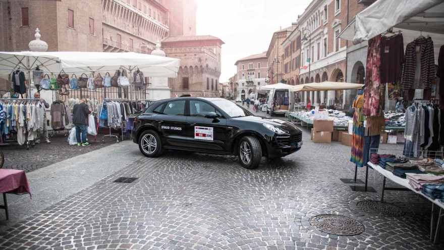 Porsche Macan auf Abwegen: Wendemanöver auf einem italienischen Markt