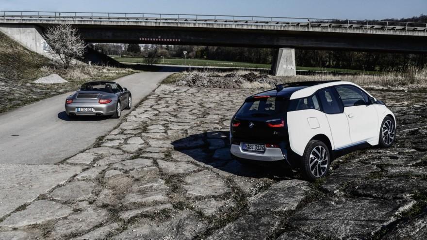 Spaß machen sie beide: links: Porsche Carrera Cabriolet (997), rechts BMW i3