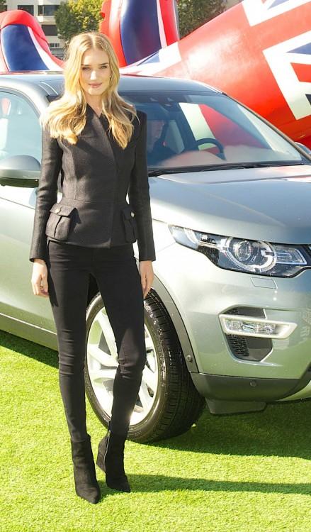 Rosie Huntington-Whiteley bei der Premiere des neuen Land Rover Discovery Sport in Paris
