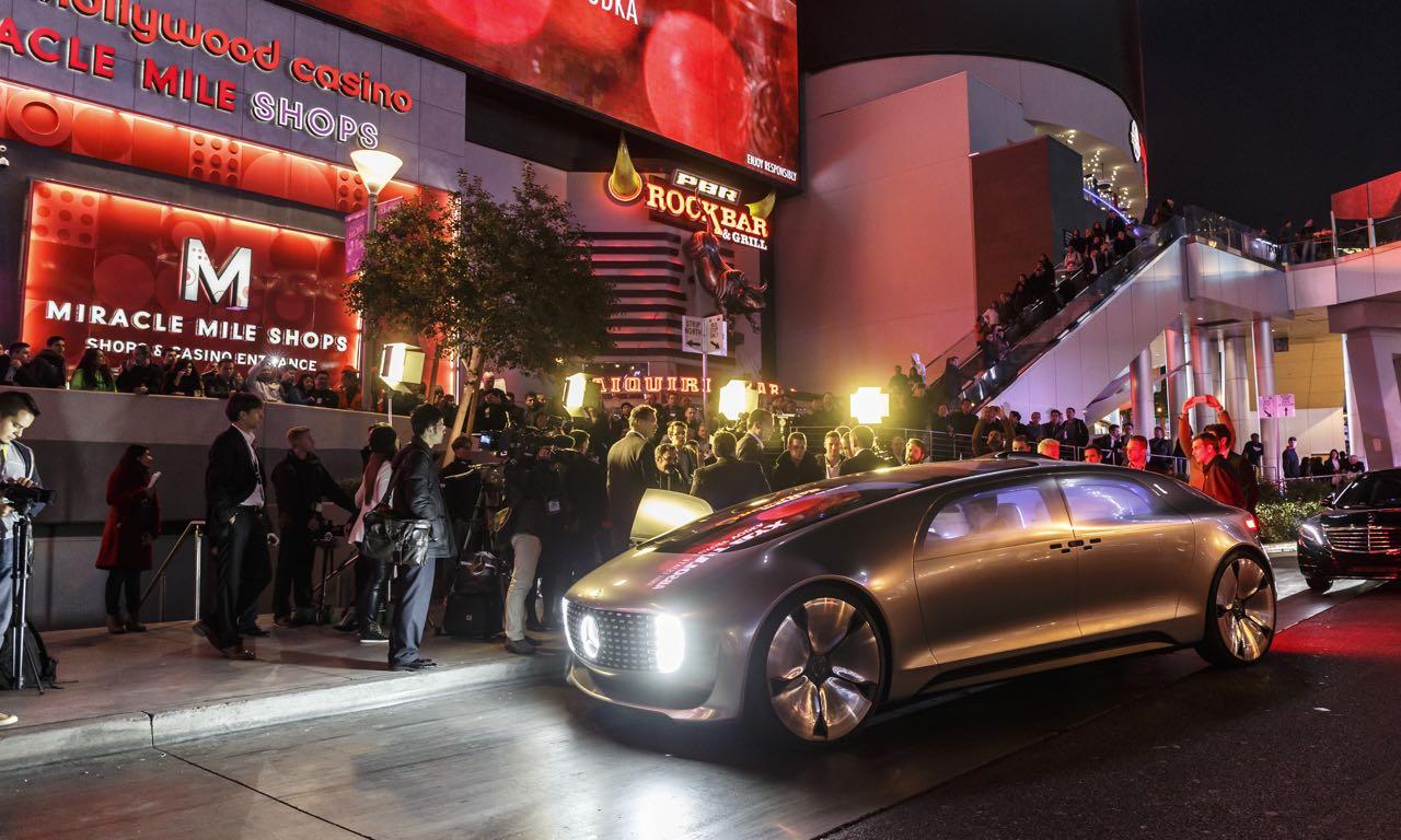 Das Mercedes-Benz F 015 Konzept ist eine rollende Privat-Lounge.