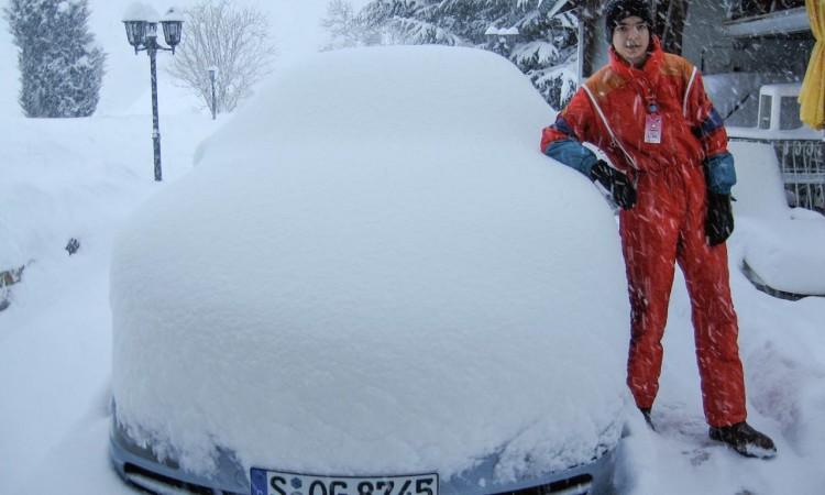 Wintermythen Autos: im Hohen Norden lernt man schon als Kind das Autofahren im Schnee?