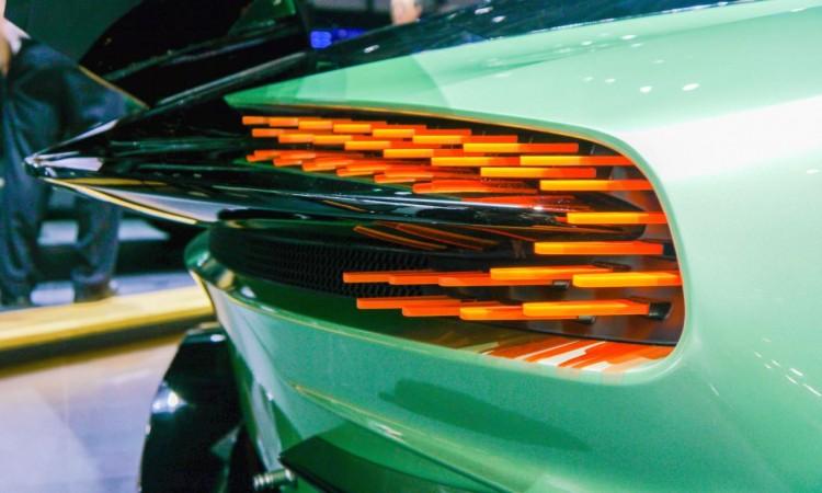 Die speziellen LED-Rücklichter des Aston Martin Vulcan fallen sofort auf