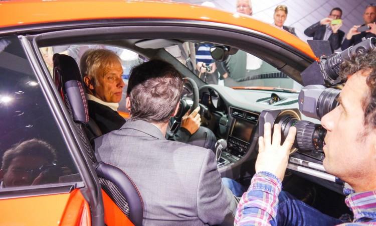 Gefragter Mann: Porsche-Chef Matthias Müller im Porsche 911 GT3RS in Genf