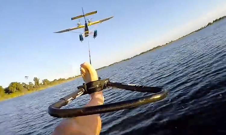 Wasserski hinter Flugzeug 2 750x450 - Barfuß Wasserski hinter einem Flugzeug ist einfach sooo cool!
