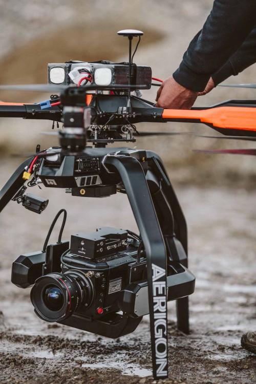 6,35 Kilogramm schwere Phantom Flex4K Superzeitlupen-Kamera mit einer Aerigon UAV Präzisionsdrohne