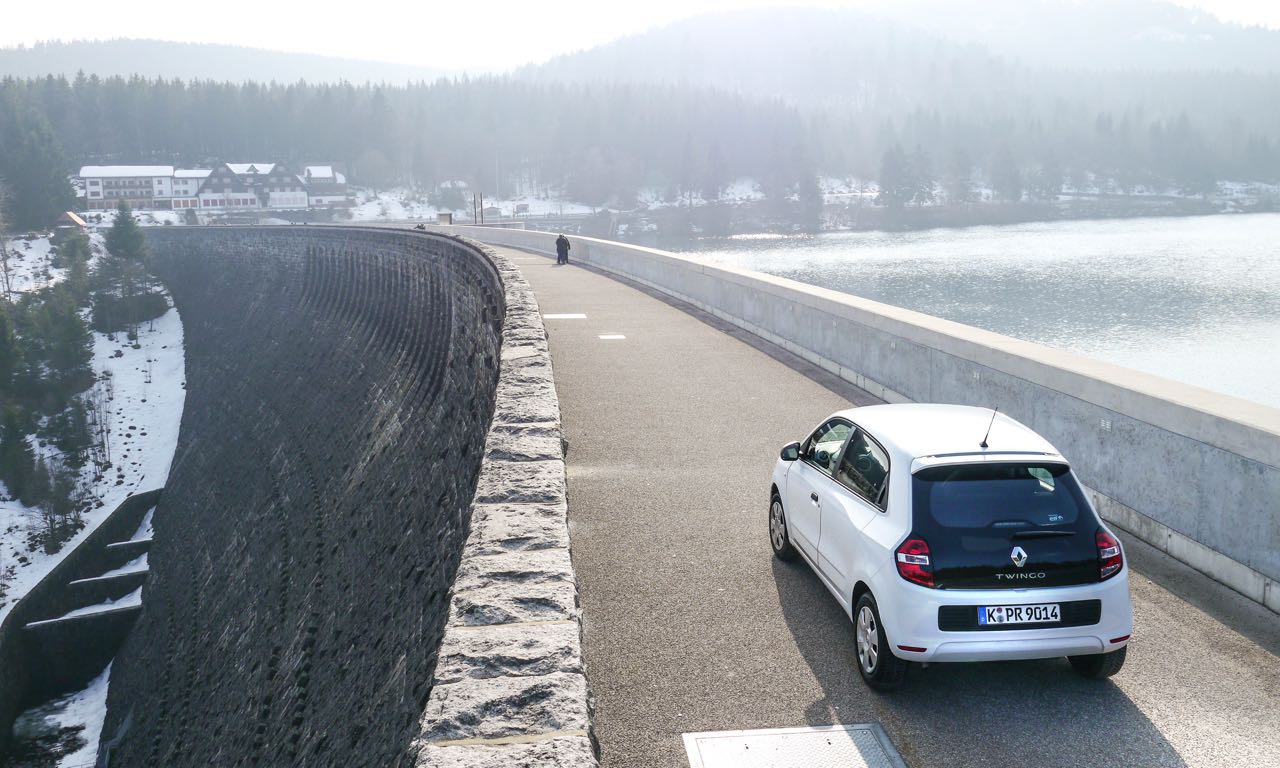 Renault Twingo im Fahrbericht auf dem Damm einer Talsperre im Schwarzwald