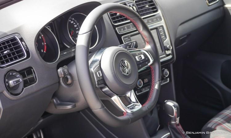 Das Lenkrad des VW Polo GTI schaut nicht nur super aus - es ist auch funktional und fühlt sich sehr gut an.