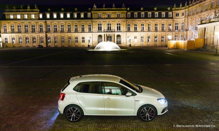 Der VW Polo GTI macht auch nachts am Stuttgarter Schloss ordentlich was her.