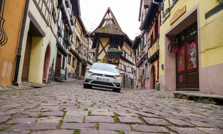 Der VW Polo GTI mitten in einer der schönsten Städte in Frankreich: Eguisheim. Das Motiv ist weltberühmt und auf vielen Postkarten zu sehen.