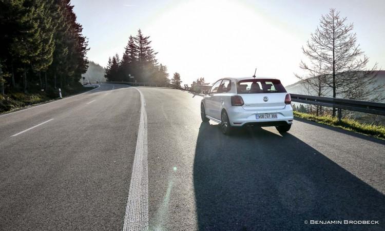 Der VW Polo GTI nach dem Sonnenaufgang auf der leeren Schwarzwaldhochstraße