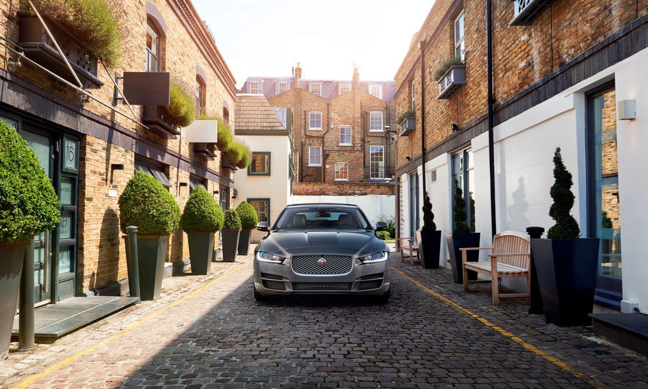 Ab morgen, dem 13. Juni, ist der neue Jaguar XE bei den deutschen Händlern endlich verfügbar. Der lang ersehnte Herausforderer von Mercedes C-Klasse, BMW 3er und Audi A4 startet zu Beginn mit drei Motoren ab einem Grundpreis von 36.450 Euro.
