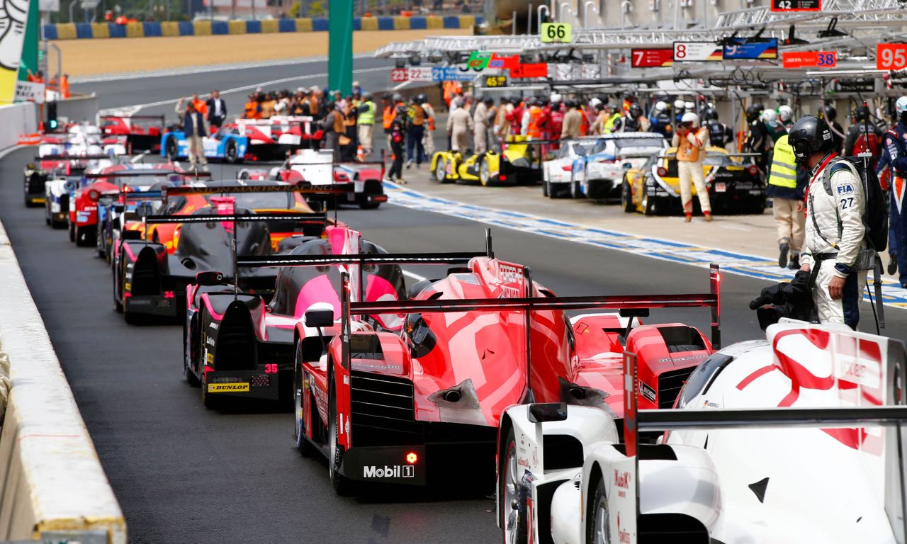 Heute um 16 Uhr MEZ beginnt das Rennen der Rennen - EuroSport überträgt live. Porsche gegen Audi gegen Toyota gegen Nissan. Wobei letzterer eher keine Konkurrenz darstellt. Es ist das Rennen der neuen Antriebstechnologien - noch nie war ein Rennwagen so kompliziert konstruiert und elektrifizierenden Systeme mit ausgeklügelten Hochleistungsmotoren verknüpft. Nach der Niederlage im letzten Jahr für Porsche sind die Karten neu gemischt - und doch kann alles schief gehen. Denn Le Mans ist das härteste und unberechenbarste Rundkurs-Rennen der Welt; und Audi der absolute Platzhirsch der letzten Jahre. Warum man sich die 24 Stunden unbedingt anschauen muss, Nissan vor einer großen Blamage steht und Porsche gewinnen wird.
