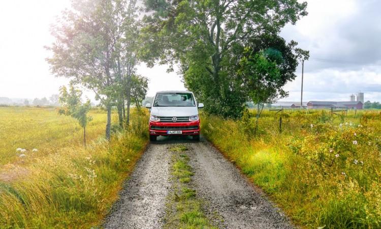 Der VW T6 ist auf geringem Raum deutlich besser zu bewegen als manch Mittelklasse-Fahrzeug.