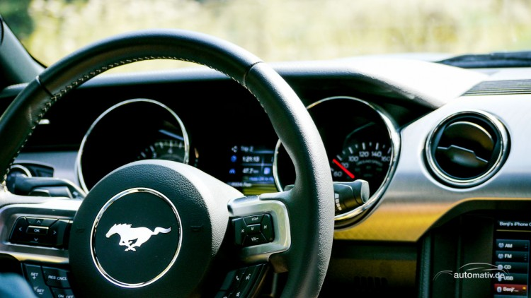 Schönes Design und wertige Haptik: Das Lenkrad und Interieur des neuen Ford Mustang GT.