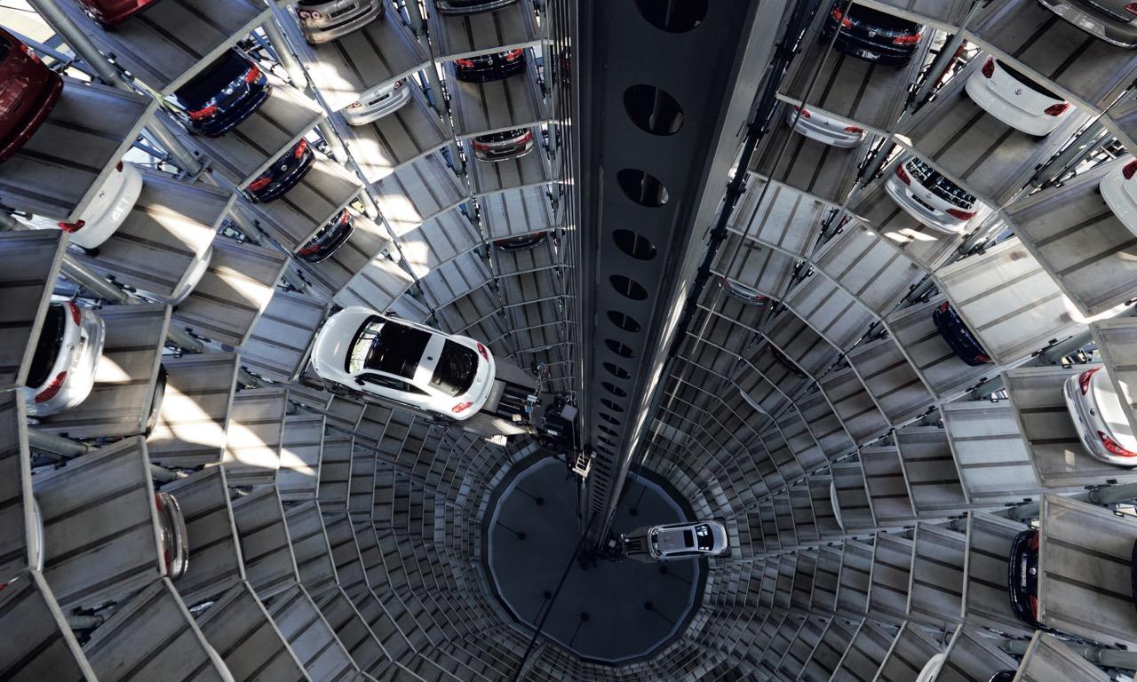 Autostadt Wolfsburg Autoturm Innen 1 - Autostadt Wolfsburg: Die Autotürme von Volkswagen