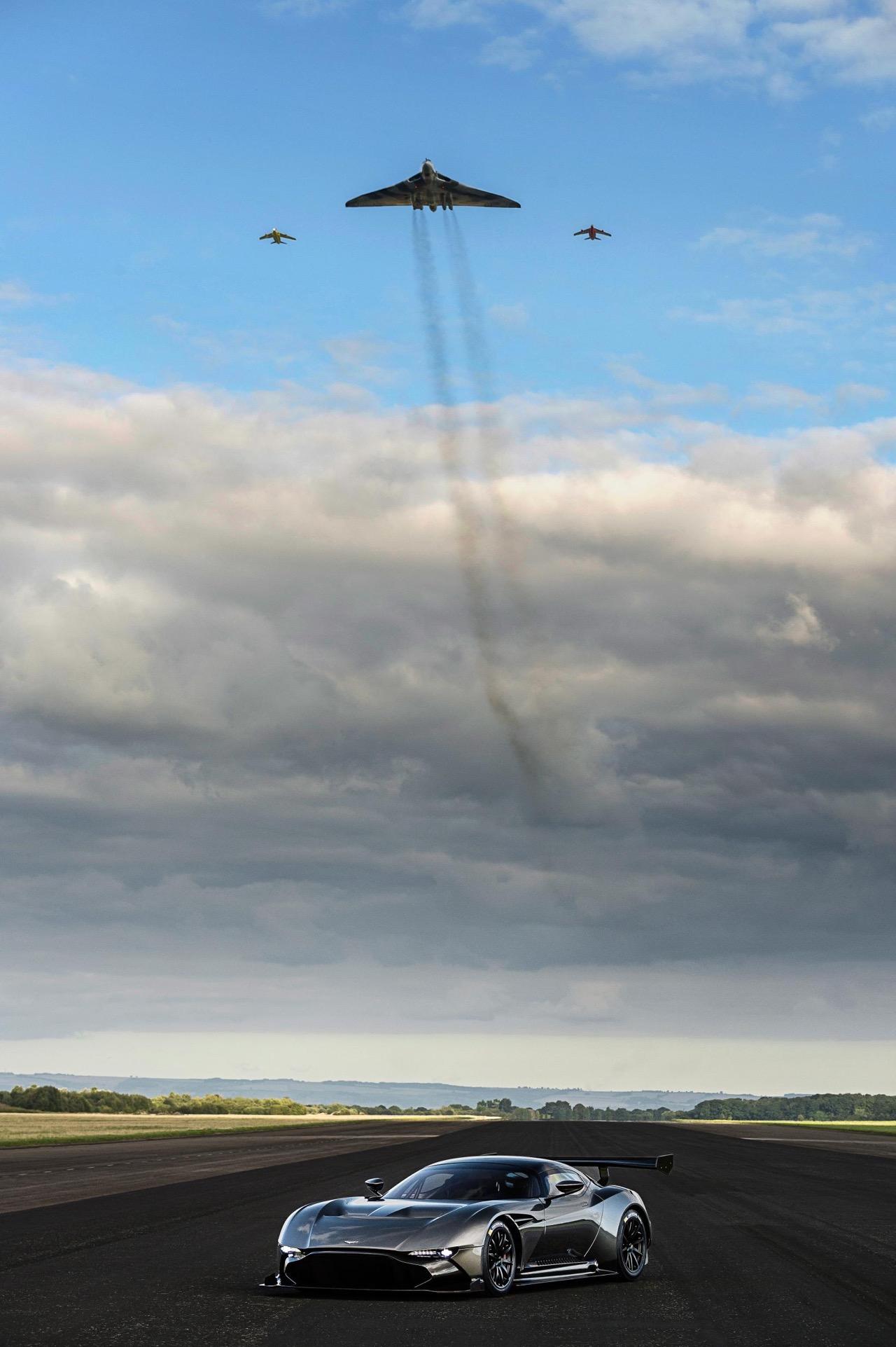 Der letzte Avro Vulcan fliegt über den Aston Martin Vulcan