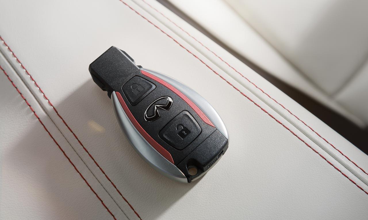So sieht Liebe zum Detail im Infiniti Q30 aus: helles Nappaleder, Kontrastnähte und ein elegant designter Schlüssel
