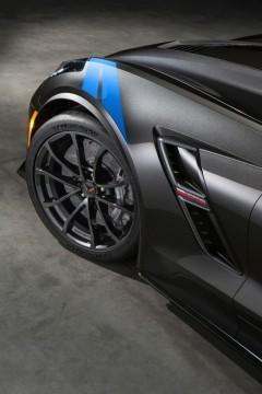 Die Streifen auf den vorderen Kotflügeln der Chevrolet Corvette Grand Sport