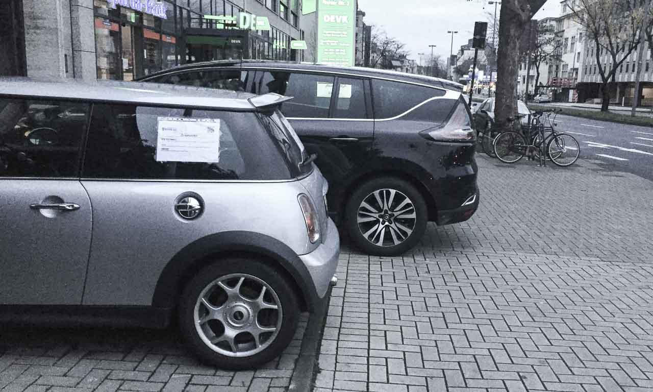 Mit dem Renault Espace wird das Parken in der Stadt schon zu einer Herausforderung - hier im Vergleich zu einem Mini Cooper der alten Generation