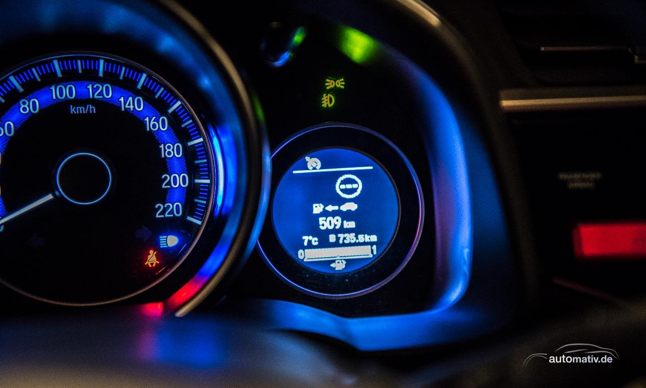 Mit einer Tankfüllung kommt man bei einem Durchschnittsverbrauch von 6,9 Litern/100 Km (Langstrecke, Überland, Stadt, zügig gefahren) zwischen 500 und 550 Kilometer weit
