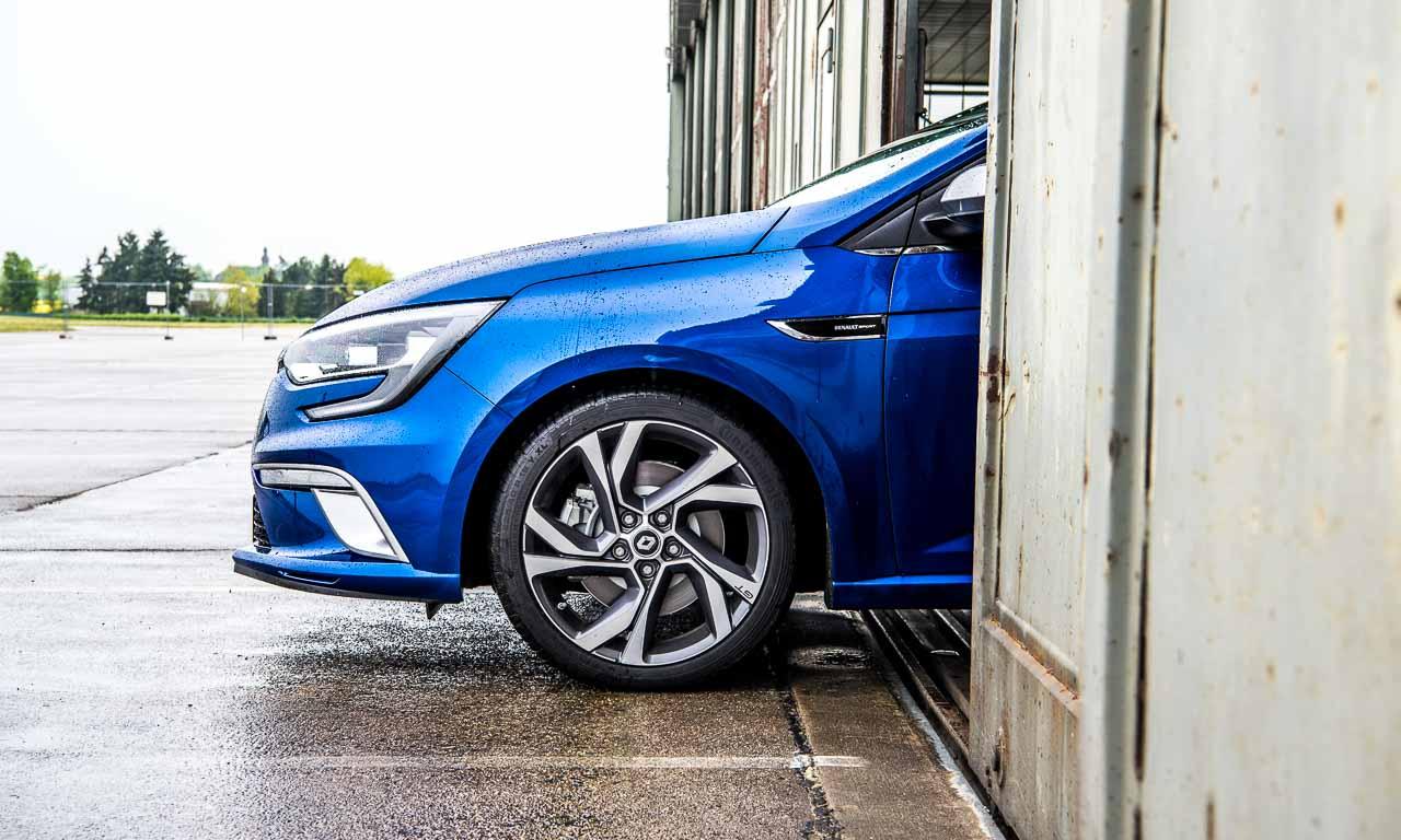 2017 Renault Megane GT in Blau im Test bei AUTOmativ.de und Benjamin Brodbeck auf dem Flugplatz in Mendig bei Koeln-Bonn - Besser als ein VW Golf GTI?
