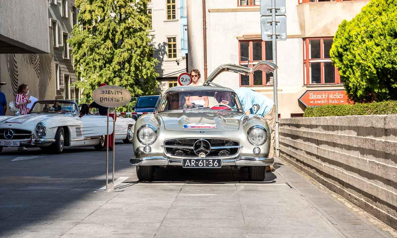 Was würde ich nur ohne Autos machen: zufällig fand in Prag an diesem Tag auch eine 300-SL-Tour mit rund 20 Fahrzeugen statt, die das Ende ihrer Tagesetappe im Interkontinental Hotel in der Nähe des jüdischen Viertels zelebrierten.