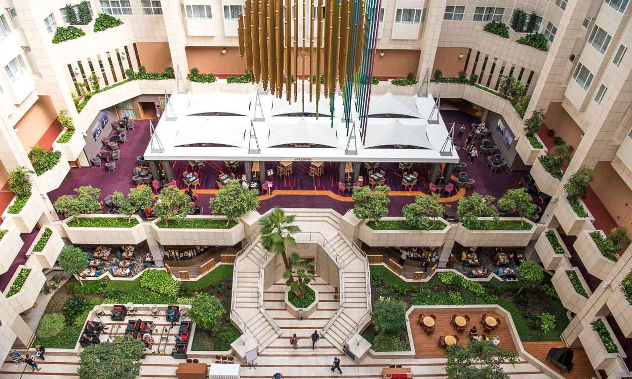 Die Eingangshalle des Hilton-Hotels von oben (6. Stock) photographiert.