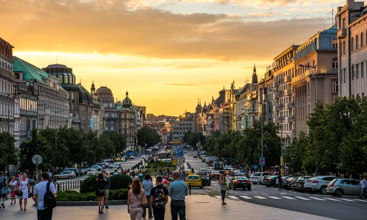 Sonnenuntergang in der Prachtstraße Prags, die aufgrund ihrer Länge von 750 Metern einen der größten städtischen Plätze Europas darstellt. Die Kamera steht auf dem Wenzelsplatz mit Blick zum historischen Prag.
