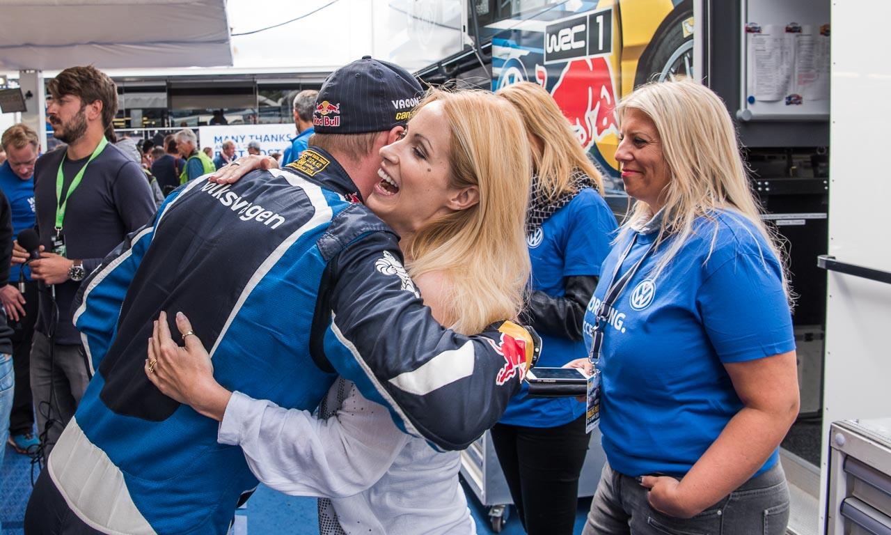 Moderatorin und Ehefrau von Sebastien Ogier, Andrea Kaiser, mit VW-Rallye-Fahrer Latvala.