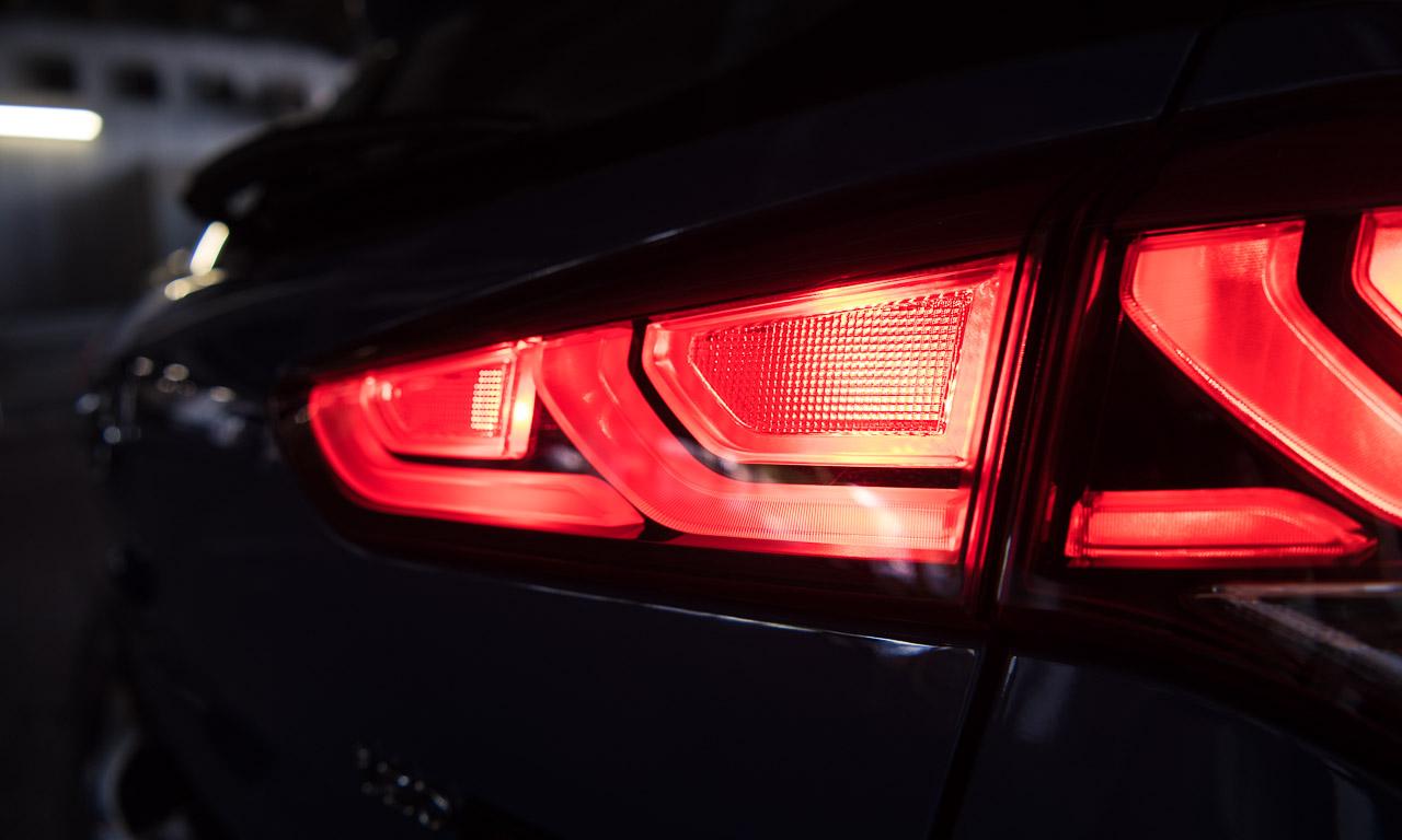 Die LED-Tagfahrlichter an der Front sehen aus wie Augenbrauen und reichen weit in die Karosserie hinein.