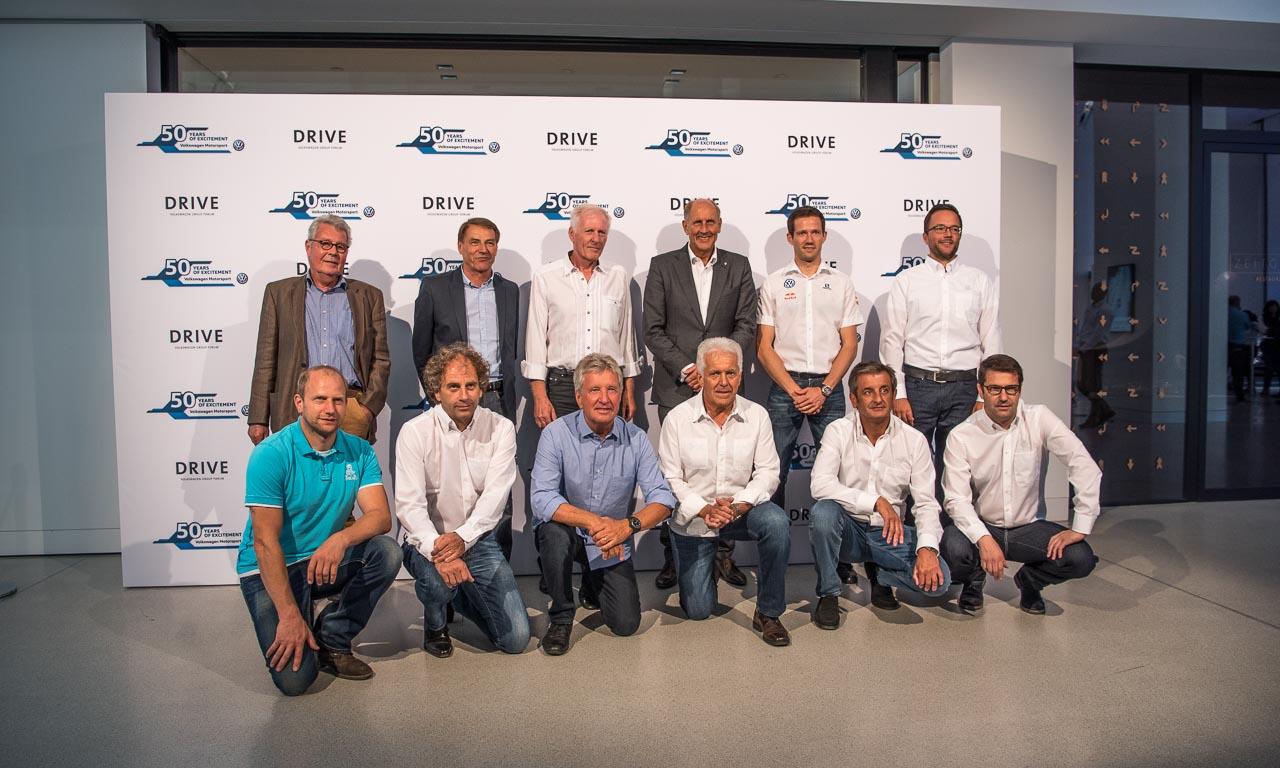 """Zu sehen sind: dreimaliger Rallye-Weltmeister Sébastien Ogier (F), der ehemalige Rallye-Weltmeister Luis Moya (E), Motorsport-Legende Hans-Joachim """"Strietzel"""" Stuck (D), Timo Gottschalk (D), Beifahrer beim Rallye-Dakar-Triumph 2011, der ehemalige Volkswagen Rallye-Pilot Klaus-Joachim """"Jochi"""" Kleint (D), Klaus Niedzwiedz (D), der seine Motorsport-Karriere in der Formel V begann, und Alfons Stock sowie Paul Schmuck (D/D), die 1981 im Rheila-Golf die Deutsche Rallye-Meisterschaft gewannen."""
