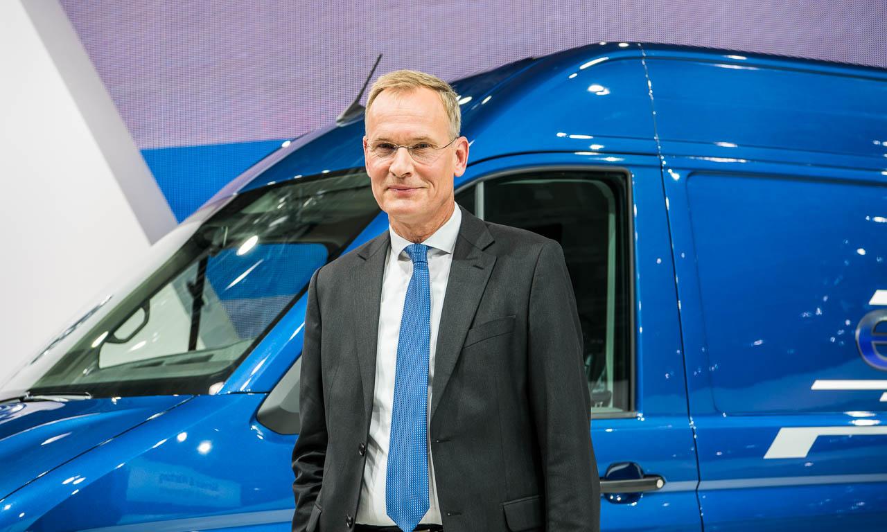 Vorstandsvorsitzender von Volkswagen Nutzfahrzeuge, Dr. Eckhard Scholz, sichtlich begeistert von seiner neuen Errungenschaft