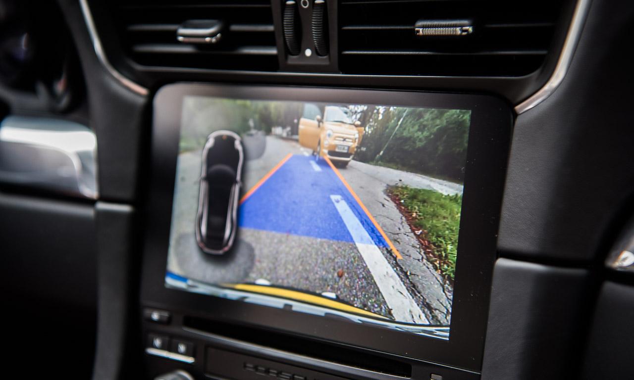 Wer erkennt den kleinen Fiat 500C im Bild der Rückfahrkamera? War ja nicht so schwer. Jedenfalls hat das System mehr Schärfe und Brillianz in seiner Darstellung.