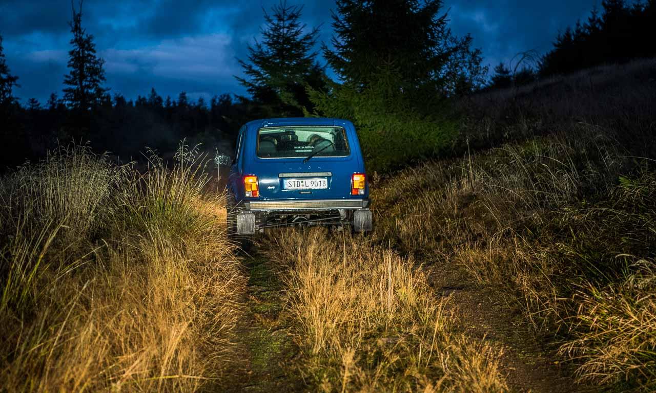 Mitten in der Nacht auf einer Lichtung in den Vogesen ohne Navigationssystem? Glücklicherweise hatten wir einen modernen Pick-Up als Begleitfahrzeug dabei, denn auf Handyempfang ist dort kein Verlass.