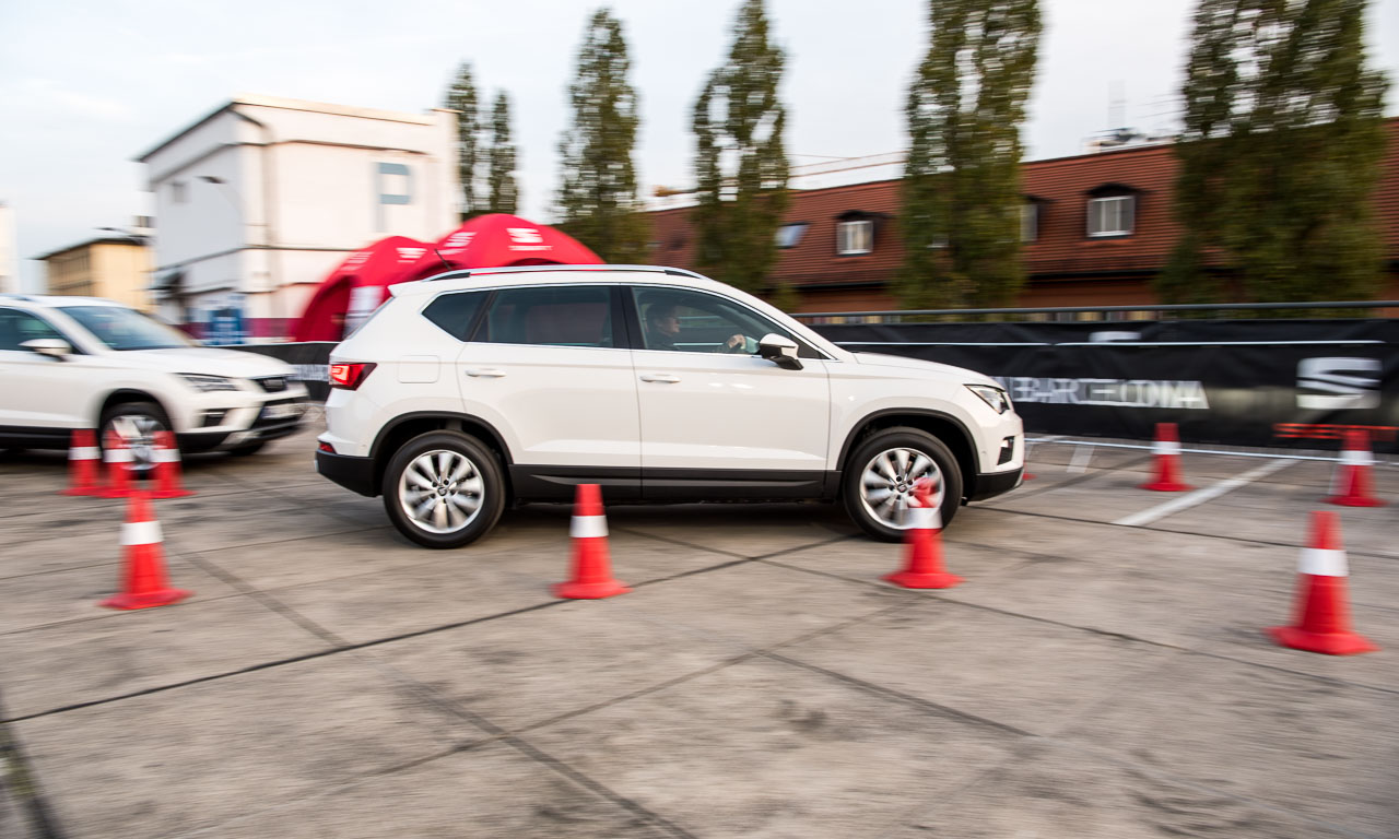 Interessierte können das Lenkrad selbst in die Hand nehmen und den Parcours auf dem oberen Deck des Parkhauses erfahren - ganz ohne Risiko und mit Seat-Spezialisten auf dem Beifahrersitz