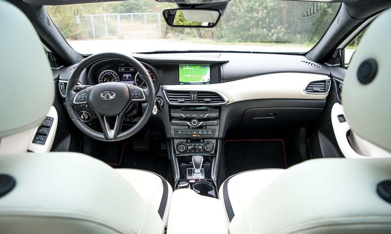 Einige Elemente von Mercedes-Benz erkennt man - so zum Beispiel den Großteil der Mittelkonsole und der Gangwahlhebel von AMG. Ist das Interieur mit dem Gallery White-Paket nicht eine Augenweide?