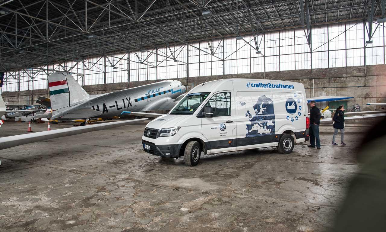 Der VW Crafter im großen Hangar vor der legendären Douglas DC-3, die an diesem Ort überwintert.