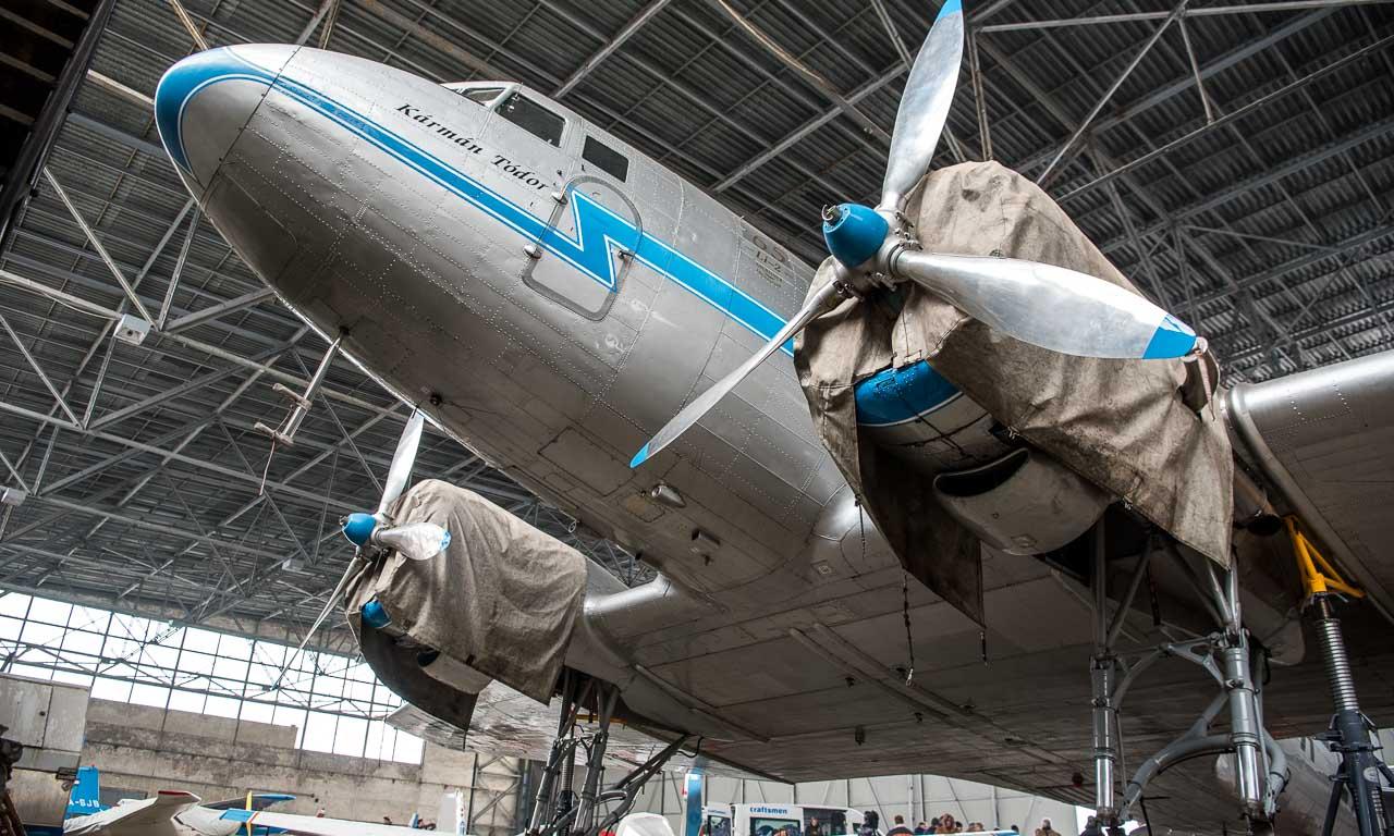 Wie ein Flugzeug aus dem Spielwarenladen. Als wir klein waren und talentierter im Malen gewesen wären, hätten wir ein Flugzeug genau mit den Formen der Douglas DC-3 gemalt