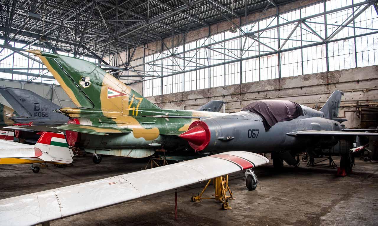 Alte Kampfjets aus dem kalten Krieg schlummern hinter den Sportflugzeugen in der hintersten Ecke. Flugbereit scheinen diese wohl nicht mehr zu sein.