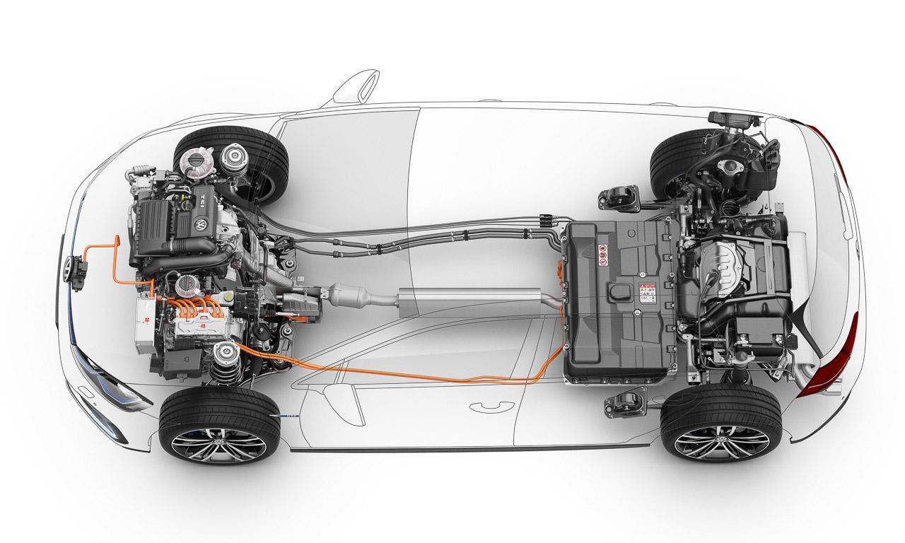 Das digitale Schnittmodel zeigt die technische Architektur der Komponenten: Batterie vor der Hinterachse, E-Maschine und Benzinmotor zusammen in der Front und das Doppelkupplungsgetriebe dazwischen. 1.615 Kilogram m wiegt diese ganze Maschinerie - nicht unbedingt ein Fliegengewicht.